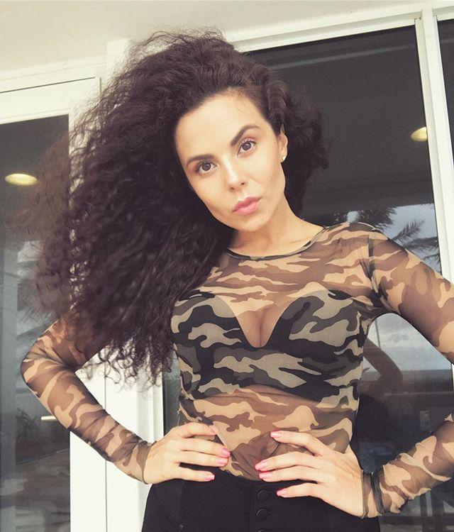 Певица Настя Каменских  продемонстрировала фигуру в бикини около бассейна