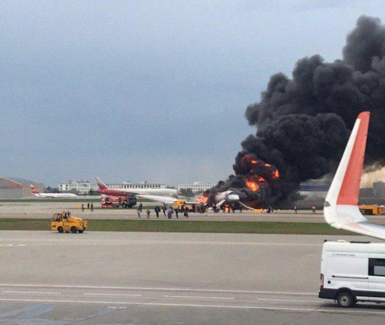 Очевидцы выложили видео и рассказали, как спасали пассажиров горящего в Шереметьево суперджета