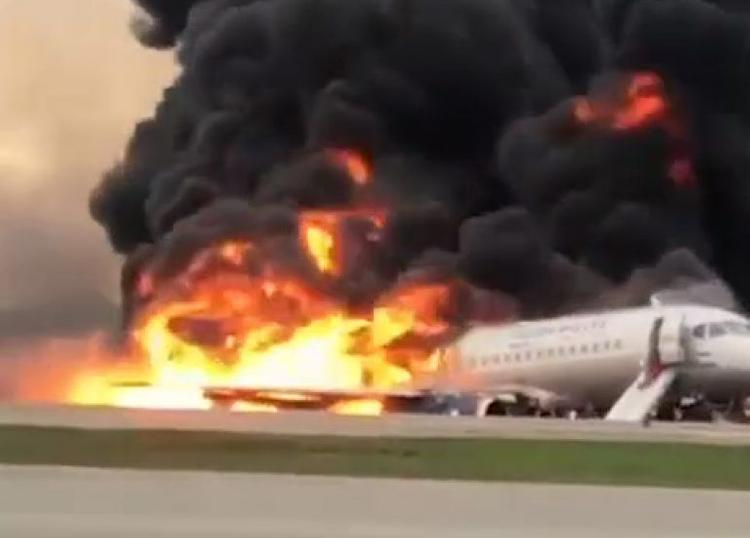 """Ролик из горящего самолета. Пассажиры сняли видео из салона """"Суперджета"""" во время посадки. На борту паника"""