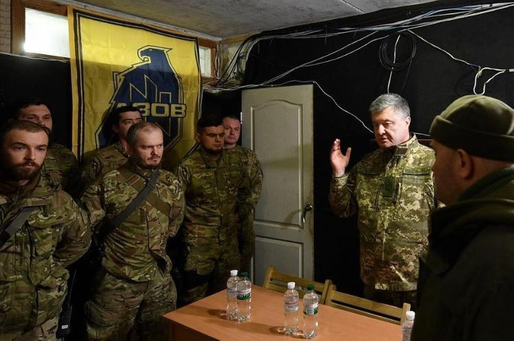 Украинская военнослужащая потеряла сознание во время речи Порошенко