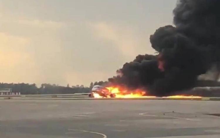 Пассажир SSJ заявил, что видел две молнии, ударившие в один из двигателей