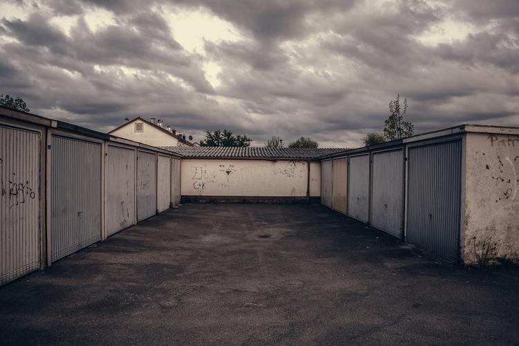 Жители Москвы обустраивают гаражи для жилья