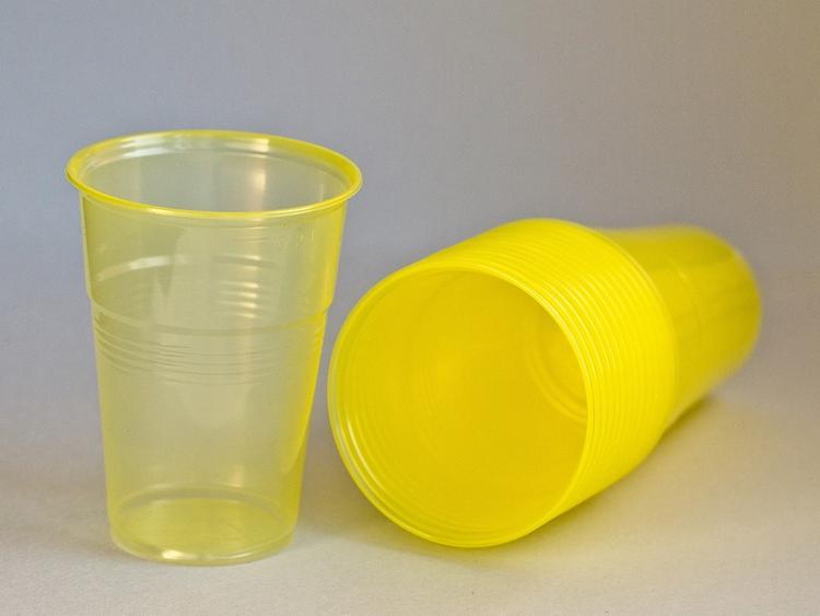 В Госдуме поддержали идею о введении запрета на продажу пластиковой посуды