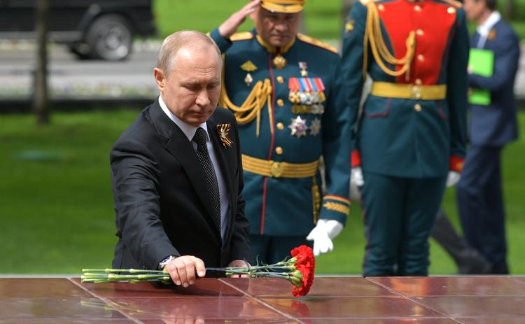 """Путин возложил венок к Могиле Неизвестного Солдата и принял участие  в шествии """"Бессмертного полка"""""""
