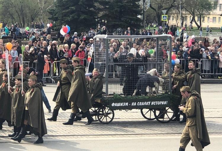 """""""Пленного немца"""" в клетке провезли по улице в Нижнем Тагиле"""