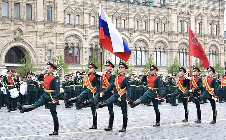 Известные телеведущий Малахов  и блогерша Лена Миро возмущены появлением на параде модели