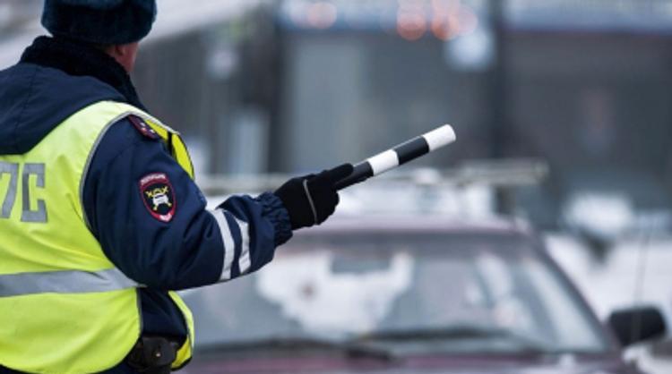 В Нижнем Новгороде автомобиль врезался в остановку, погибла женщина