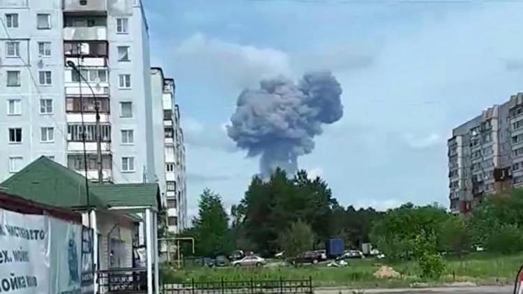 Огонь от пожара после взрыва на заводе в Дзержинске перешёл на соседнее здание