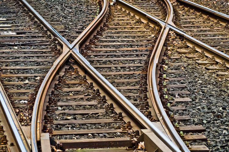 Поезд Адлер — Нижневартовск въехал в выехавший на пути грузовик