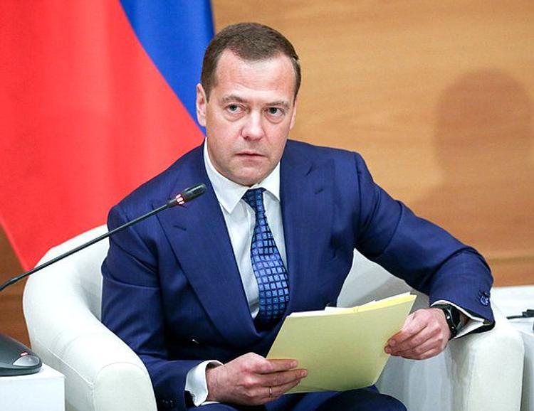 Медведев: Украина может использовать любые каналы для общения с Россией
