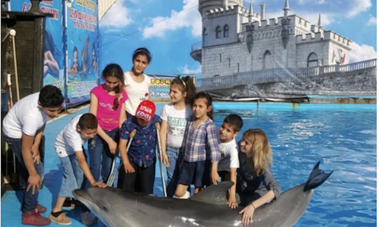 Сирийские дети в Крыму отпраздновали День защиты детей в  дельфинарии вместе с Натальей Поклонской