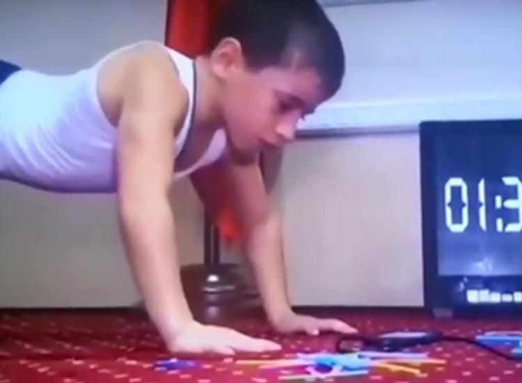 Мальчик из России стал мировым рекордсменом, отжавшись более 4,4 тысяч раз