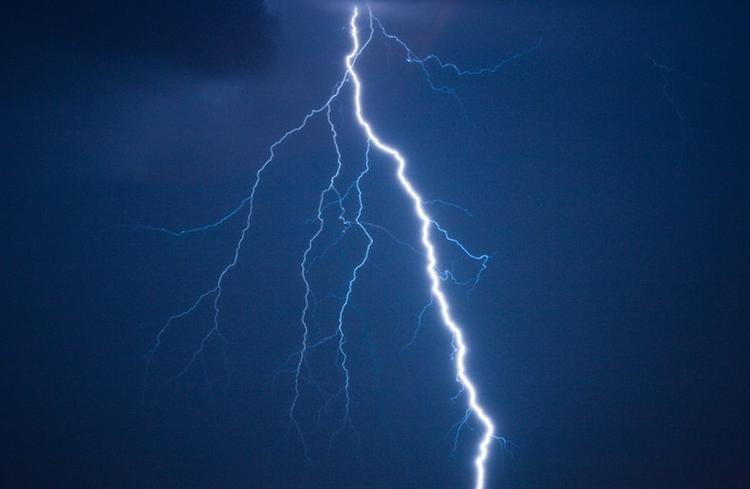 На Украине три человека погибли после удара молнии по остановке