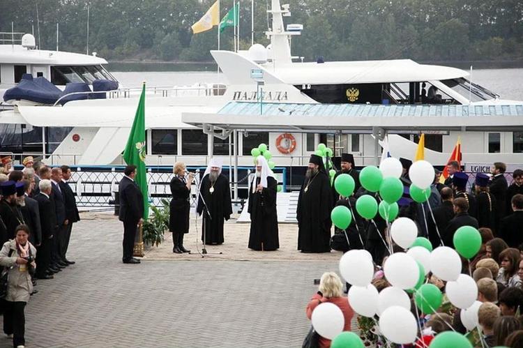 Что делали молодые люди в купальниках на яхте Московской патриархии? РПЦ от комментариев отказалась