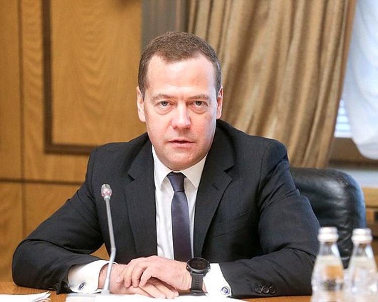 Медведев назвал два условия сохранения транзита газа через Украину