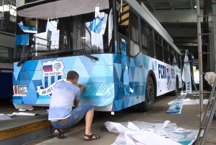 В Волгограде появился странный «футбольный» троллейбус
