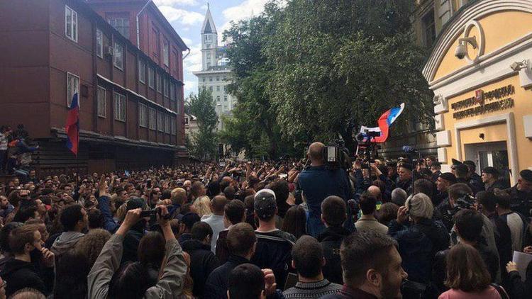 В ход пошли дубинки. У здания Мосгоризбиркома полиция задержала независимых кандидатов и 38 человек - участников акции