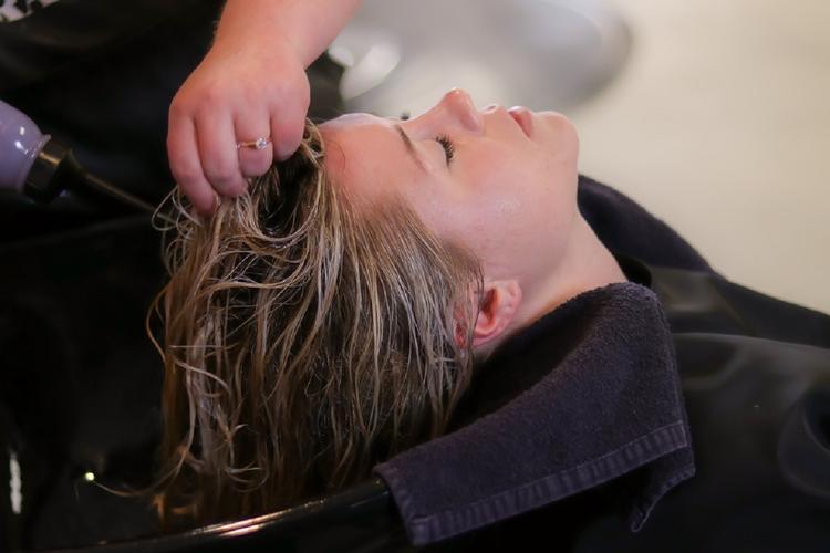 Финская студентка рассказала, почему уже два года не моет голову шампунем