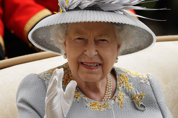 """В сети обсуждают архивные фото, на которых Елизавета II """"усыпана"""" бриллиантами"""