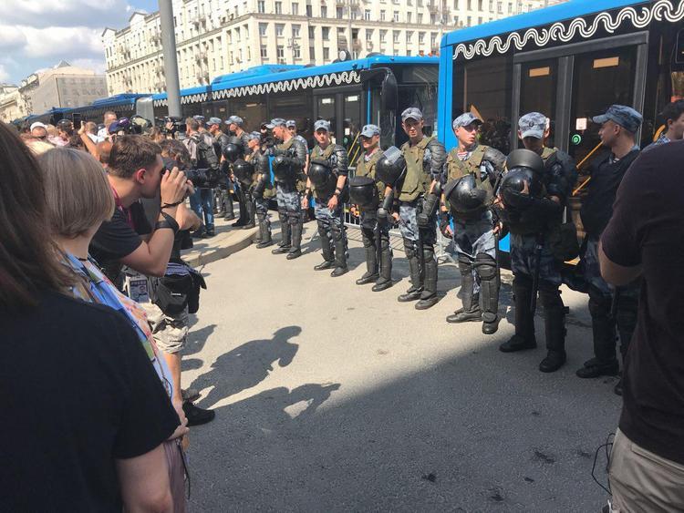 """""""Мы без оружия!"""" скандируют люди на митинге в Москве. ОМОН выдавливает людей с Тверской. Задержаны более 260 человек"""