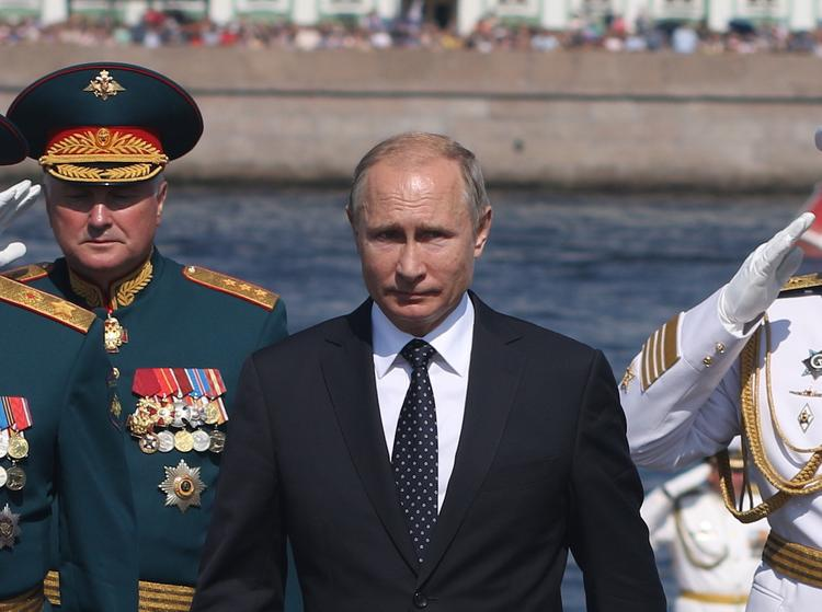 """Путин обошел на катере """"Раптор"""" парадную линию боевых кораблей на Кронштадтском рейде"""