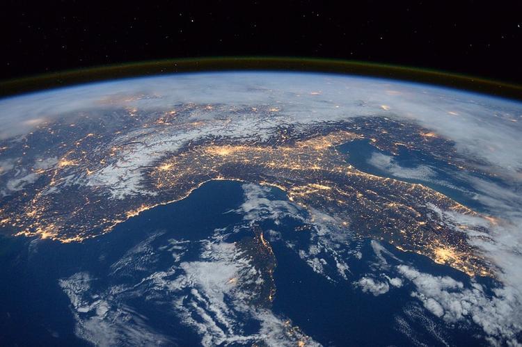 Ученый назвал количество космического мусора, которое ежедневно падает на Землю