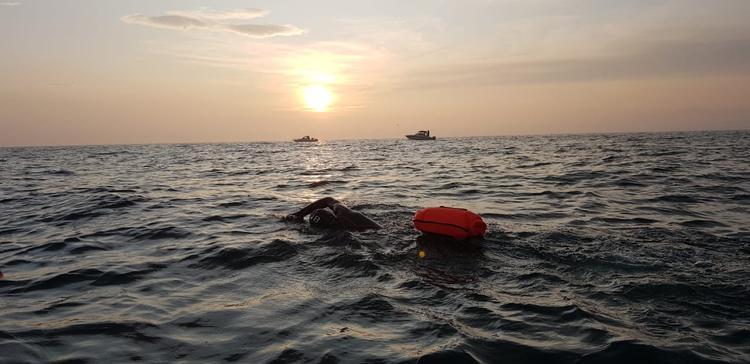 Рекордный заплыв через Байкал прервали из-за шторма, но он все равно состоится