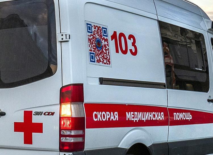 Автомобиль вылетел на тротуар в Петербурге после ДТП, пострадали пешеходы