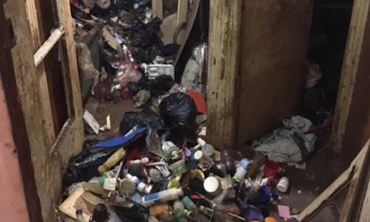 В Севастополе мужчина умер в  горе мусора, который 15 лет собирал на помойках, и тащил к себе домой