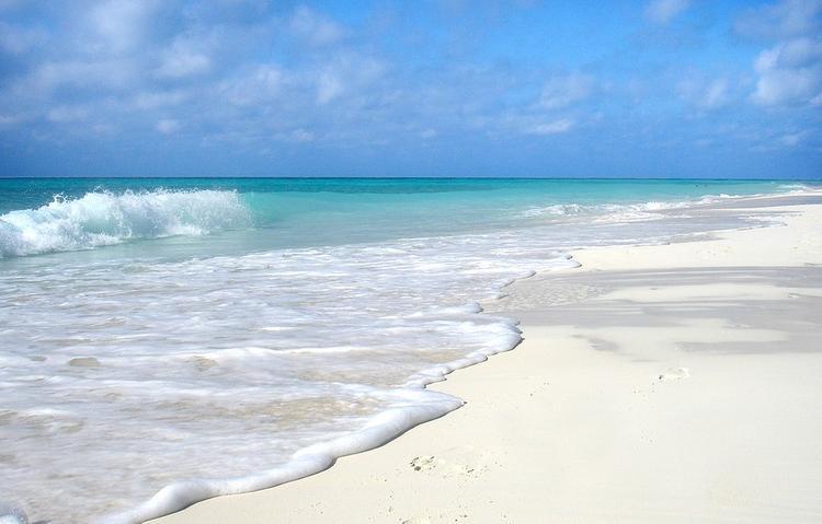 Двое взрослых и трое детей погибли от удара молнии на пляже на Кубе