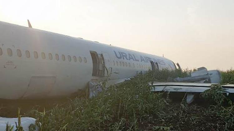 Аварийно севший Airbus начали разбирать по частям местные жители