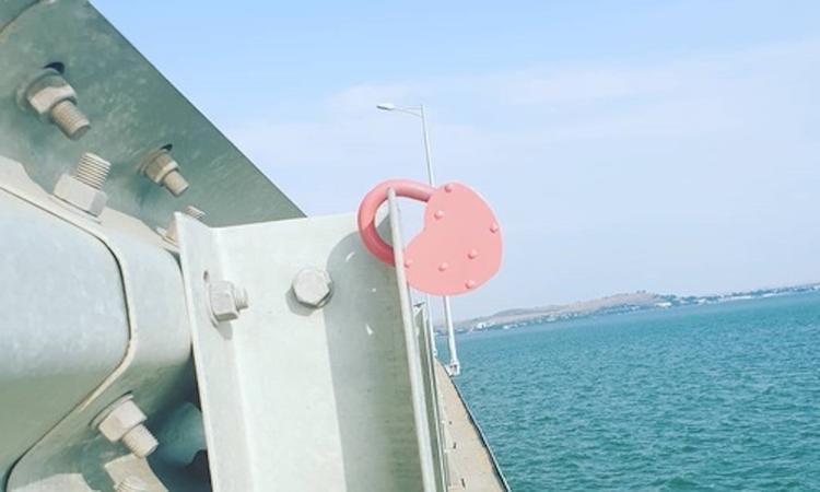 Новобрачные скрепили свой союз амбарным замком на ограждении Крымского моста
