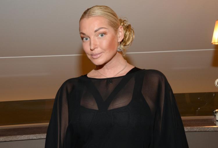 Анастасия Волочкова показала образ в прозрачном наряде с фатой