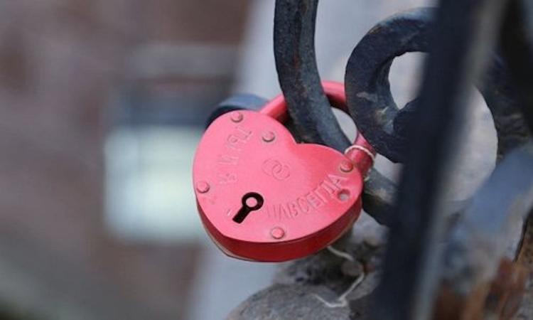 Почему оштрафовали молодожёнов за романтический жест на крымском мосту