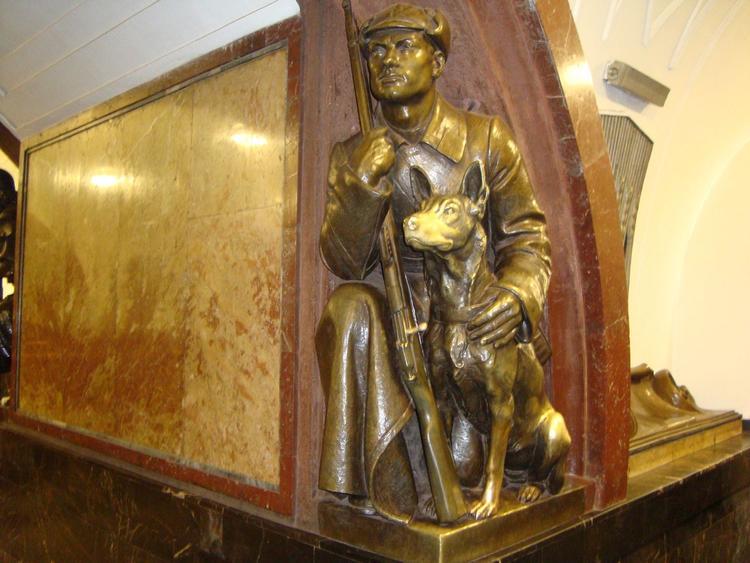 Как часто путешественники гладят скульптуры на удачу