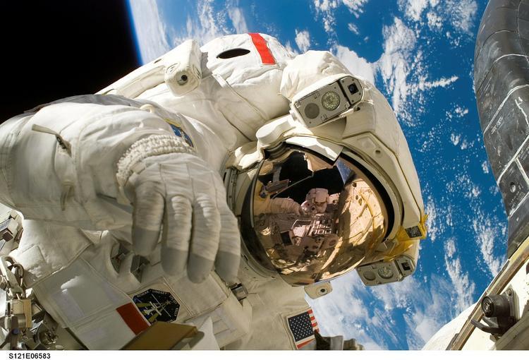 Что из привычных вещей не могут делать космонавты?