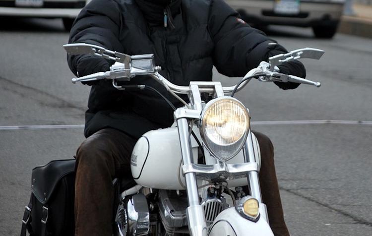 На северо-западе Москвы мотоцикл врезался в столб, двое пострадавших