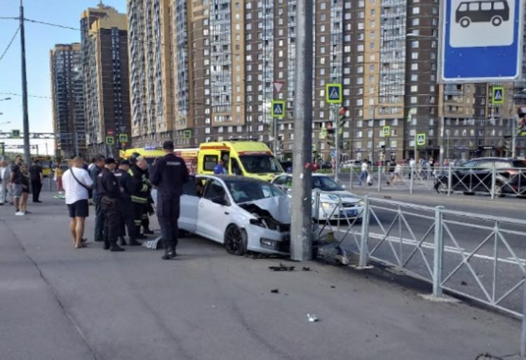 Легковушка снесла двух пешеходов и врезалась в столб