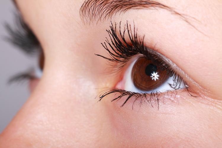 Красота требует жертв: офтальмолог рассказала, как косметические процедуры сказываются на зрении