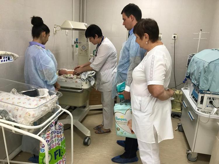 Оставленную новорожденную девочку навестили сотрудники следственного отдела