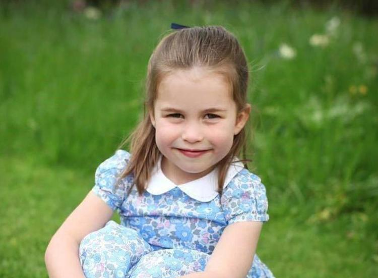 Британская принцесса Шарлотта идет в школу и меняет фамилию