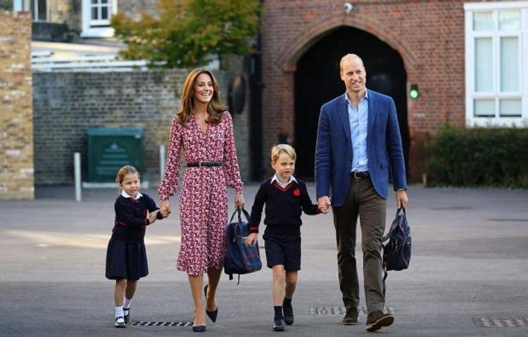 В Сети попало видео, как Кейт Миддлтон и принц Уильям ведут своих детей в школу