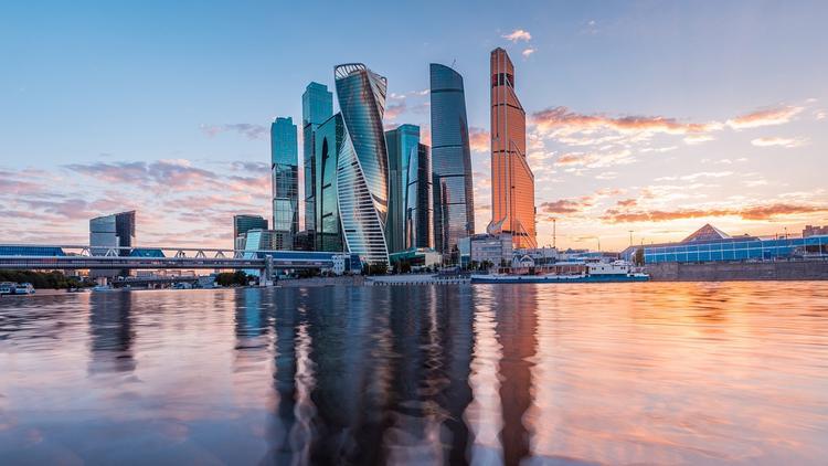 "Видео: мужчина сорвался, проходя по канату между башнями ""Москва-сити"""