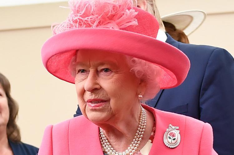Источник рассказал, как Елизавета II запоминает всех людей на больших приемах