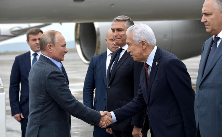 Путин в Дагестане выпил стопку, как и обещал 20 лет назад