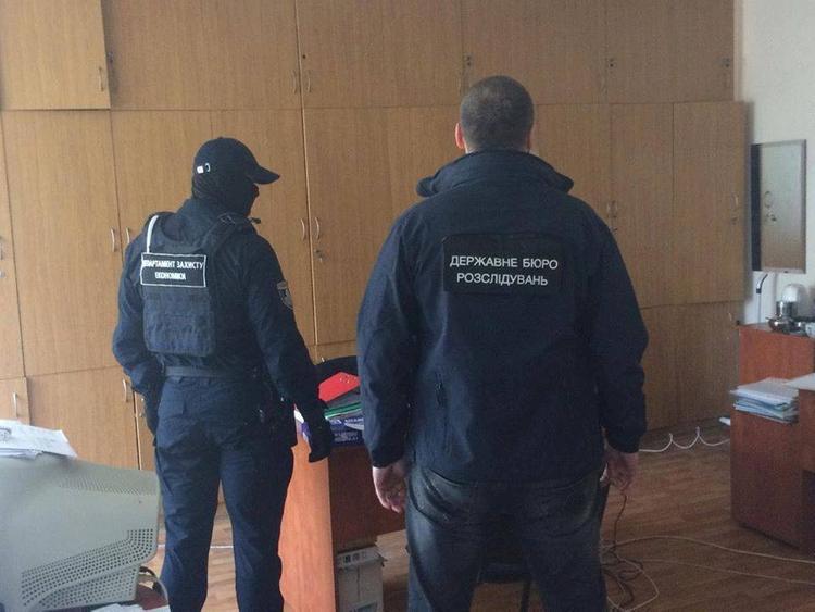 ГБР Украины проводит обыски в банке Порошенко