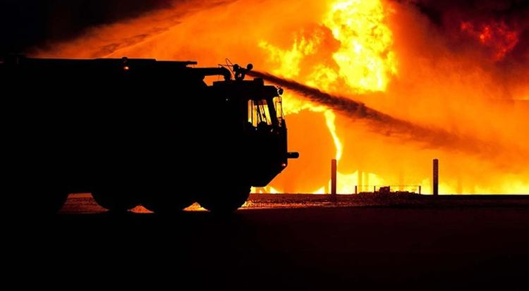 Во Владивостоке выгорели дотла четыре из пяти этажей торгового центра