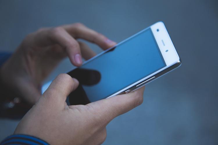 Медики рассказали о заболеваниях из-за  использования смартфона в туалете