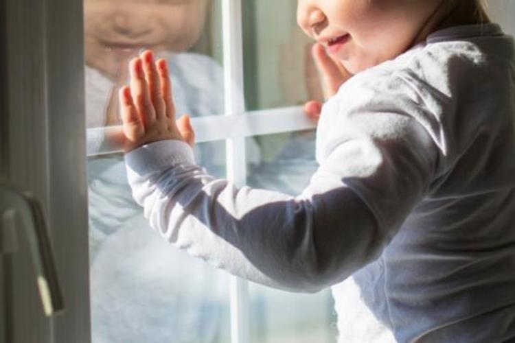 Курьер спас ребенка, который хотел выпрыгнуть из окна, поссорившись с мамой