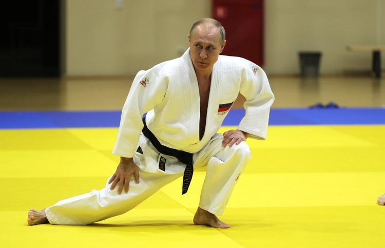 Песков рассказал об отношении Путина к курению